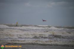 Kitesurfers in problemen bij Maasvlakte