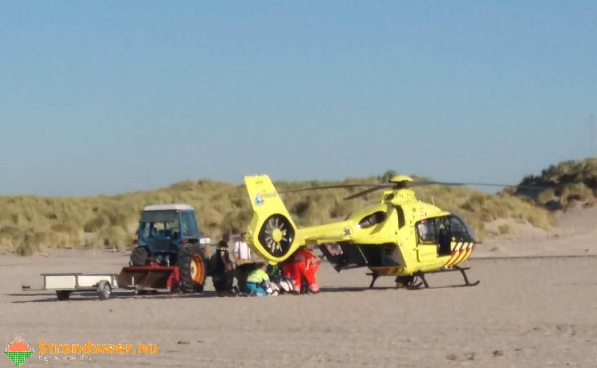 Man onwel op strand Hoek van Holland
