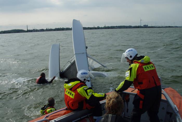 KNRM in actie voor omgeslagen catamaran