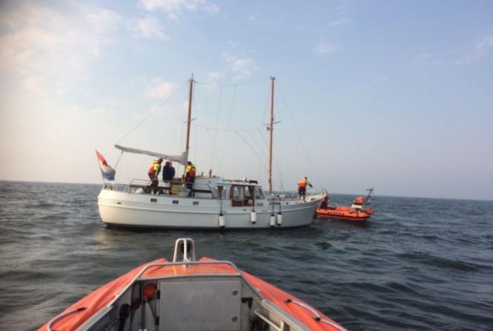 Panne aan boord van motorsailer op IJsselmeer