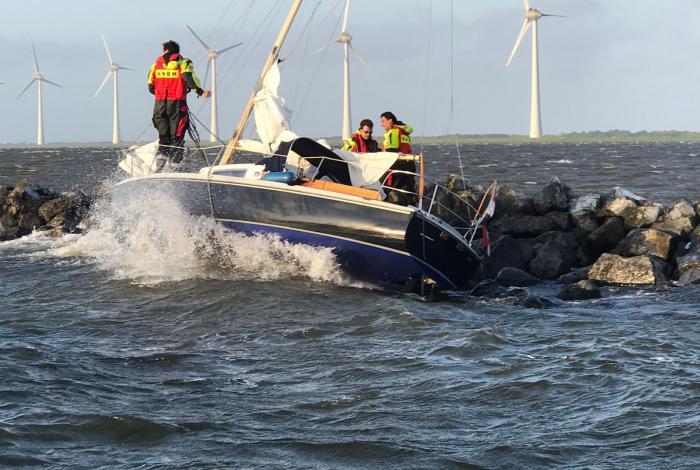 Zeiljacht slaat lek op dam Rotterdamse Hoek