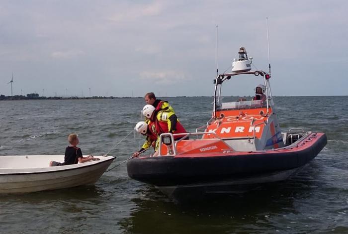 Kinderen met motorstoring van IJsselmeer gehaald