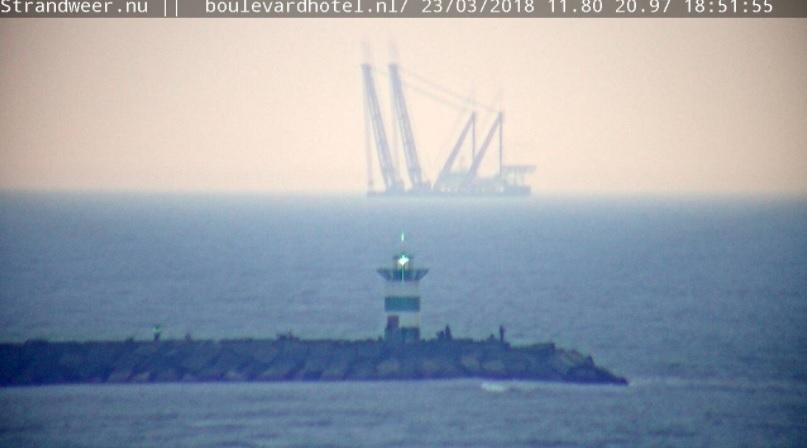 Kraanschip Gulliver voor de Westlandse kust