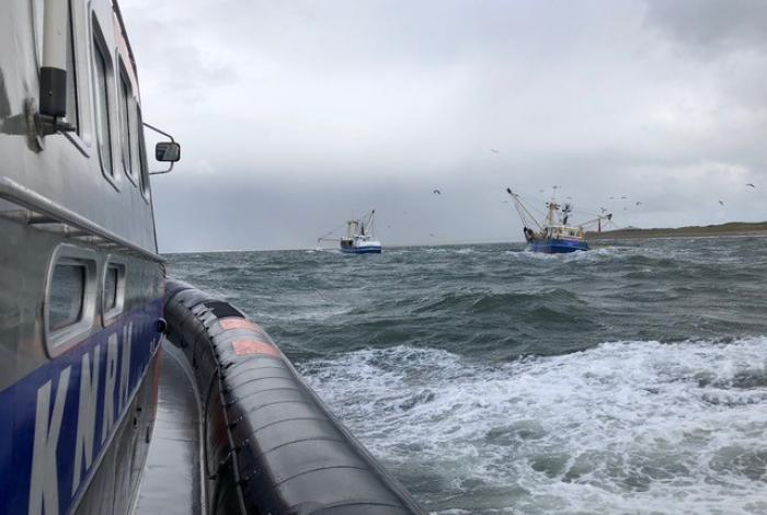 KNRM Den Helder haalt gewonde visserman van boord