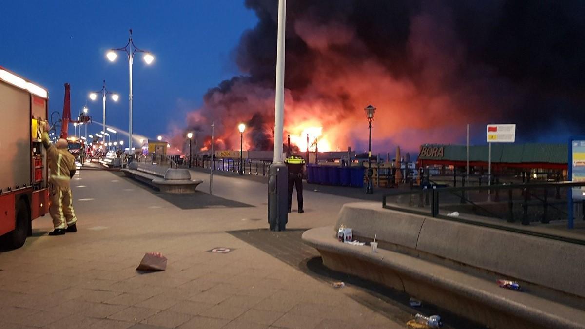 Zeer grote brand legt strandpaviljoen in de as