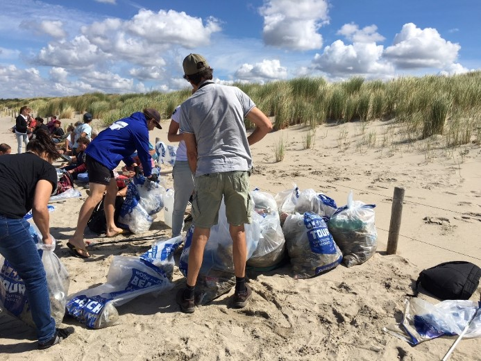 Vrijwilligers rapen peuken langs de hele Noordzeekust