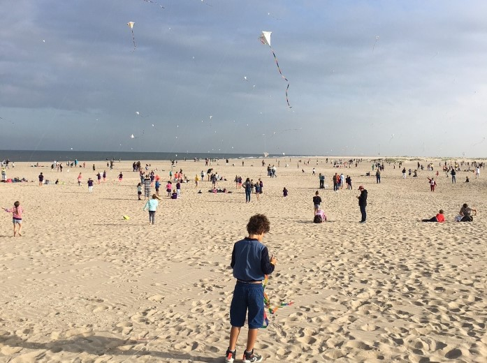Vliegerfestijn voor kinderen op het strand