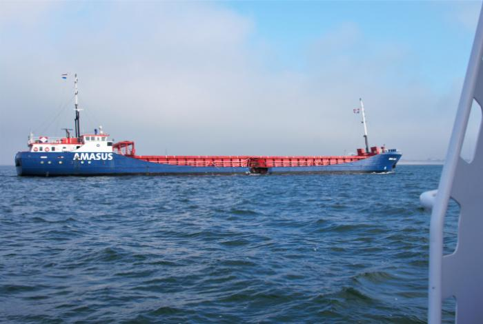 Coaster na aanvaring naar de Eemshaven begeleid