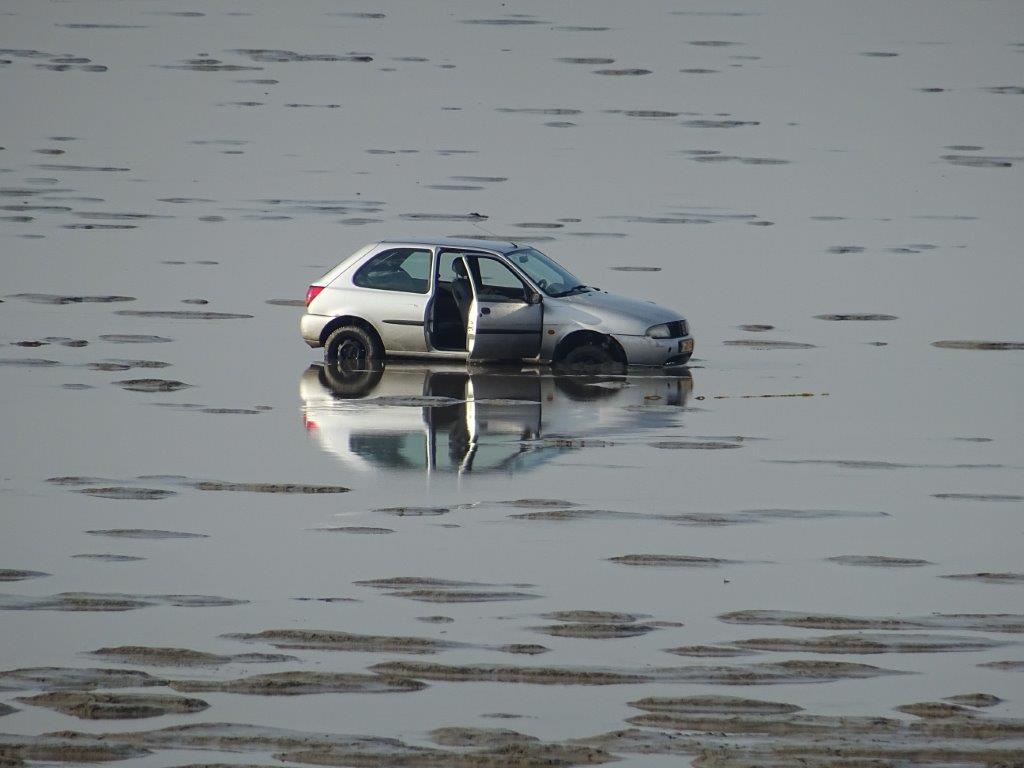Auto dagen vast in slik op de wadden