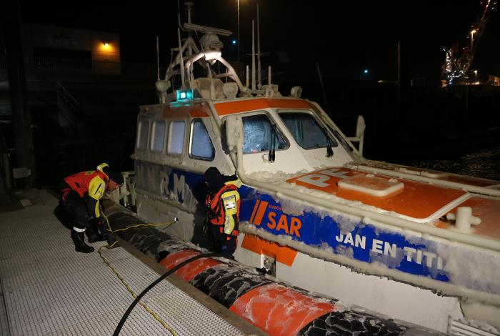 Drie vissers gered van kotter in ijskoude storm
