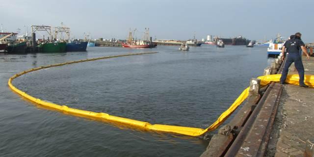 Grote oefening oliebestrijding haven Oudeschild