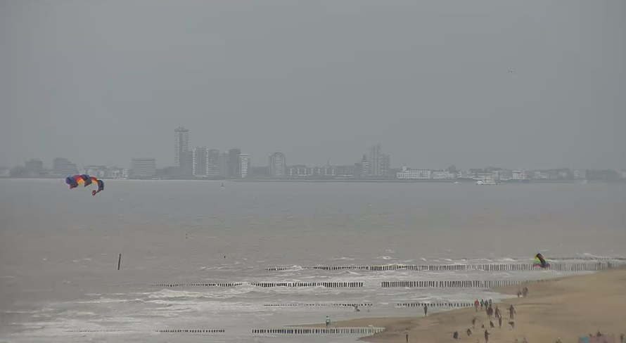 Licht oliespoor voor kust van Vlissingen