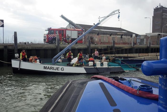 Binnenvaarder maakt water in haven Breskens
