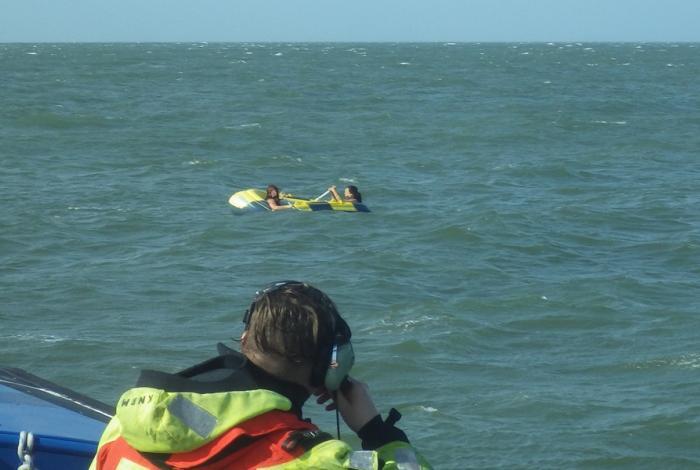Meiden in rubberboot gered vanaf de Westerschelde