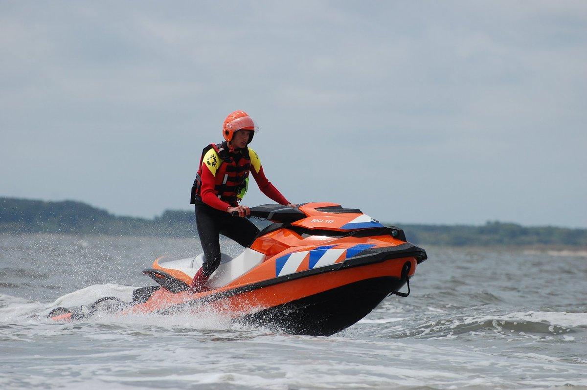 Reddingsbrigade redt 3 kitesurfers uit zee