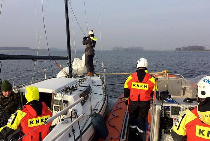 Winterse hulpverlening op Veerse Meer