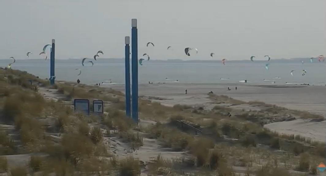 Kitesurfers overvallen door ijskoude zeewater