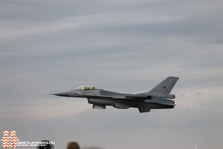 Jachtvliegtuigen oefenen in het afwerpen van bommen