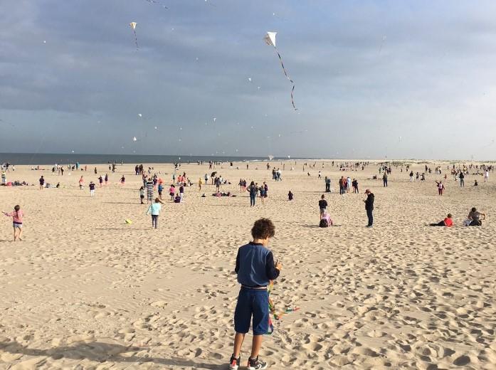 Vliegerfestijn voor kinderen op strand Ter Heijde