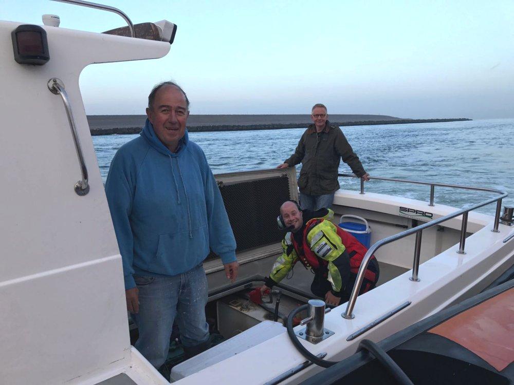 Visboot zonder brandstof nabij Maasmond
