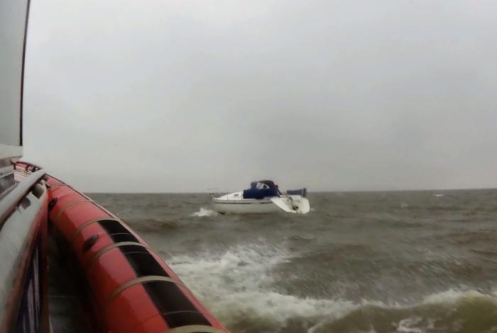 Zeiljacht met roer schade op een onstuimig IJsselmeer