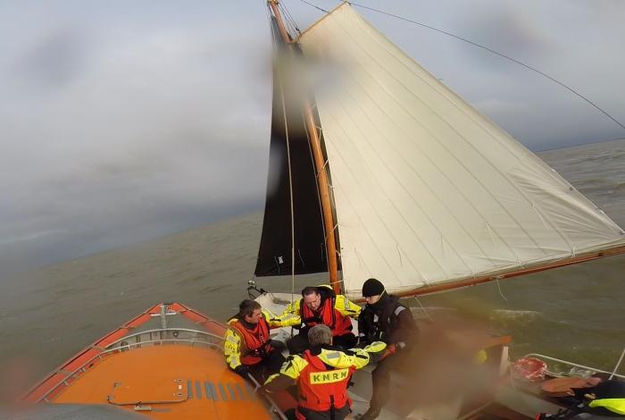 Schip maakt water op het IJsselmeer