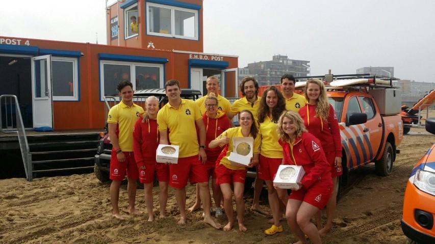 Taart voor vrijwilligers Haagse reddingbrigade