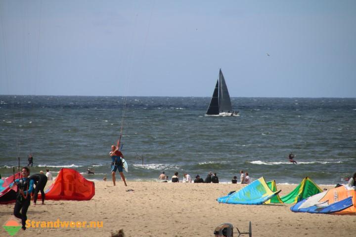 Persoon te water strand Noord