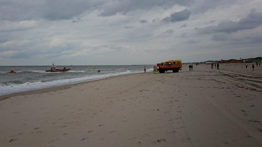 Kitesurfer uit het water gehaald