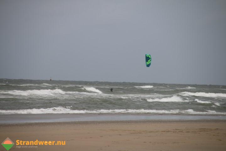 Kitesurfer in problemen bij Zandmotor