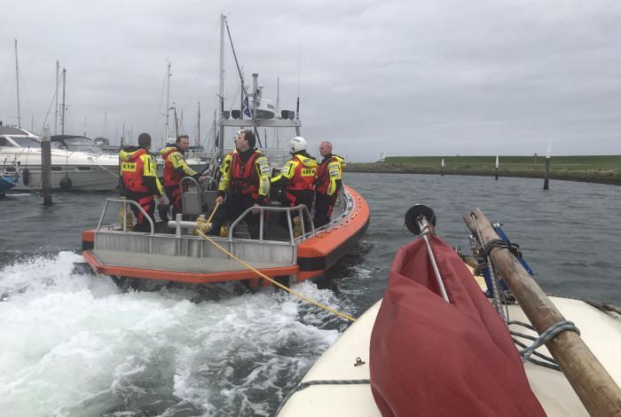 KNRM Oudeschild in actie voor mast overboord