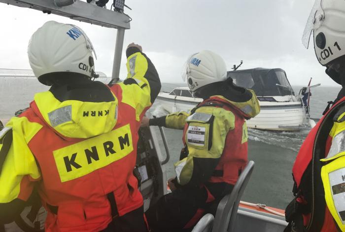Motorjacht strandt onvoorbereid op Waddenzee