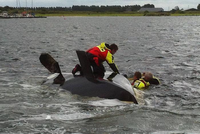 Omgeslagen zeilboot ligt in de vaargeul