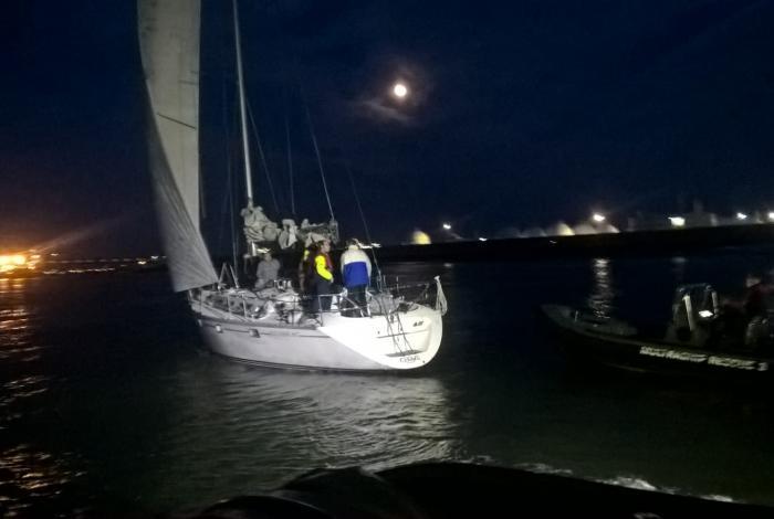 Black out zeilschip in hoofdvaarwater