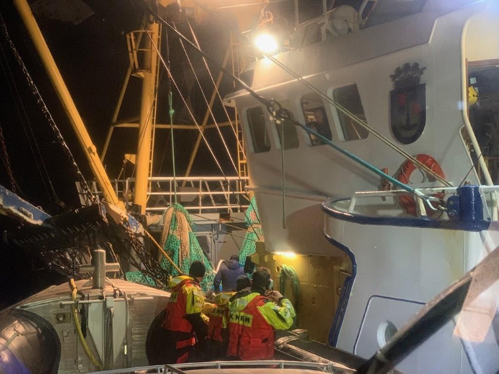 Nachtelijke evacuatie van Tholens visserschip