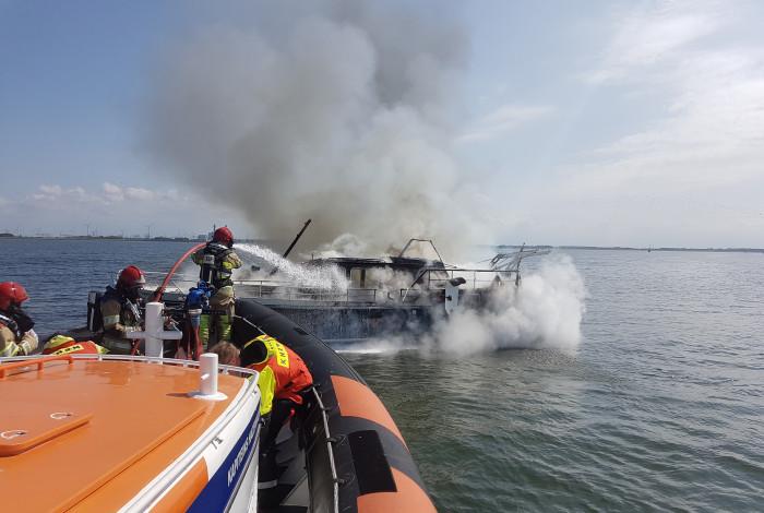 Brandweer in actie voor brand op boot IJsselmeer