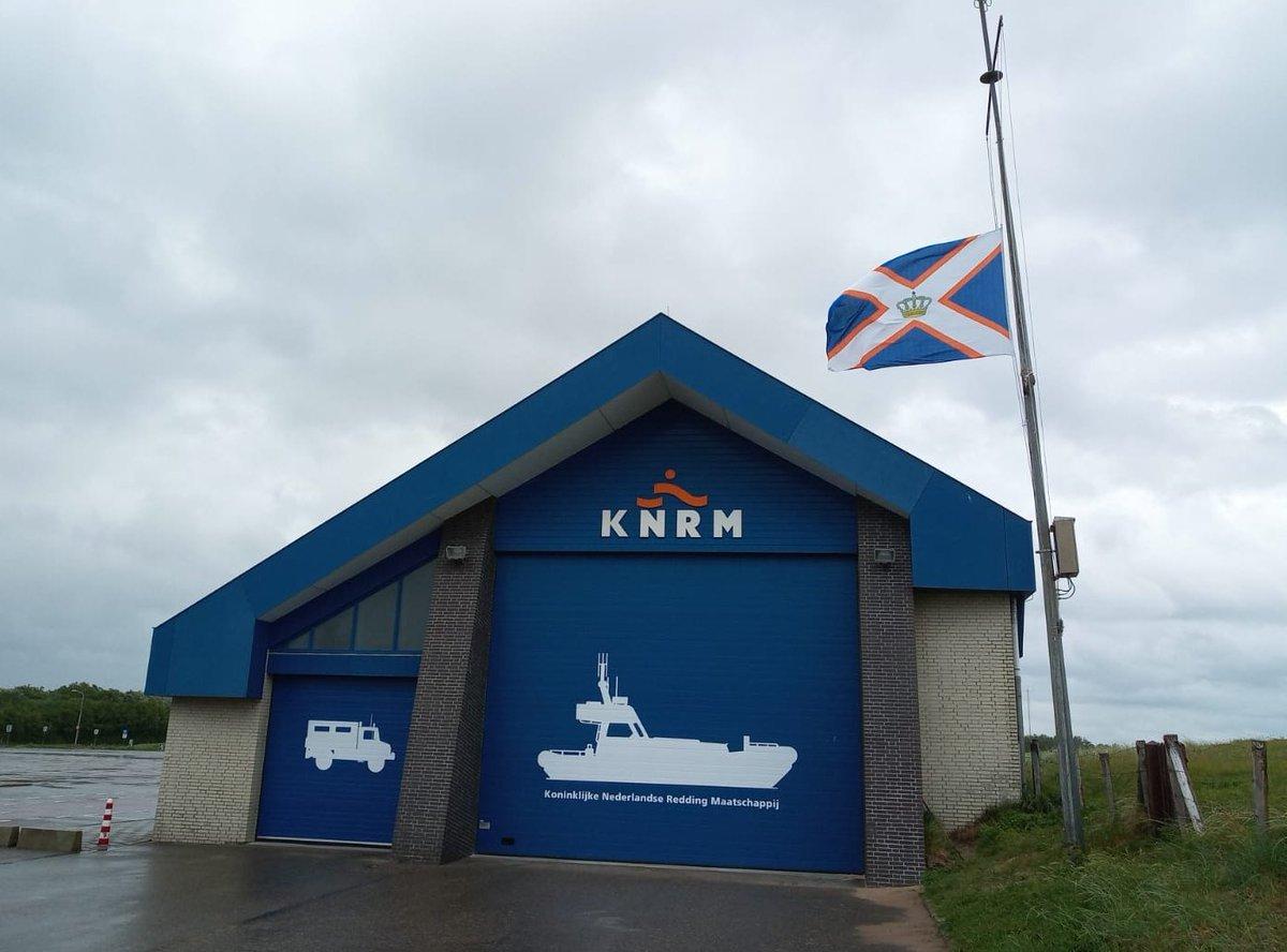 Vlaggen halfstok bij KNRM stations in Nederland
