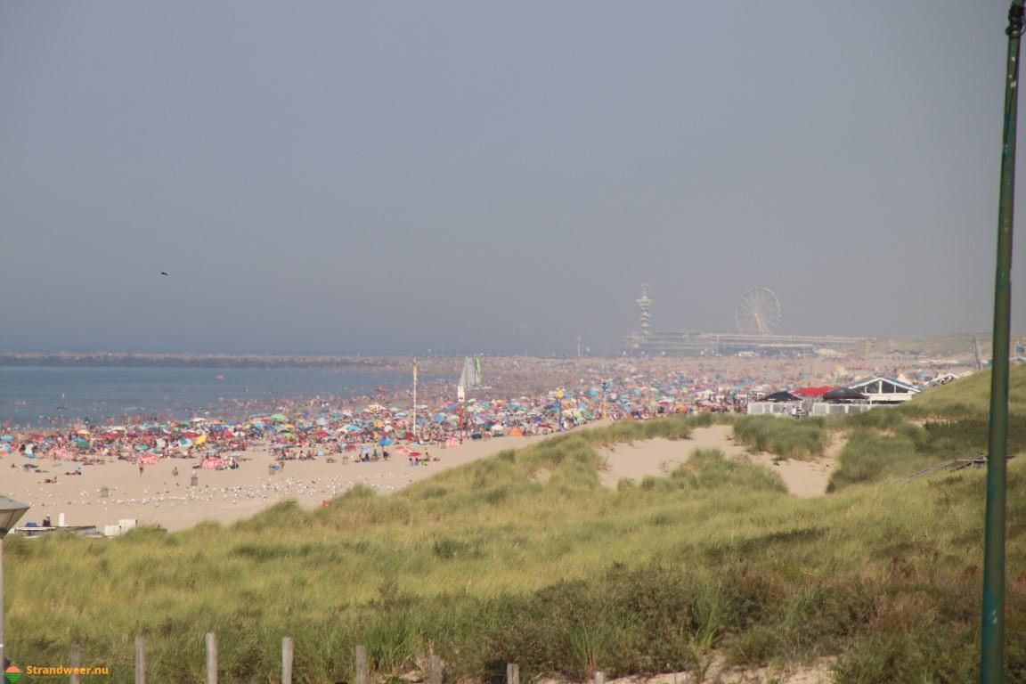 Bomvolle stranden op tropische zondag