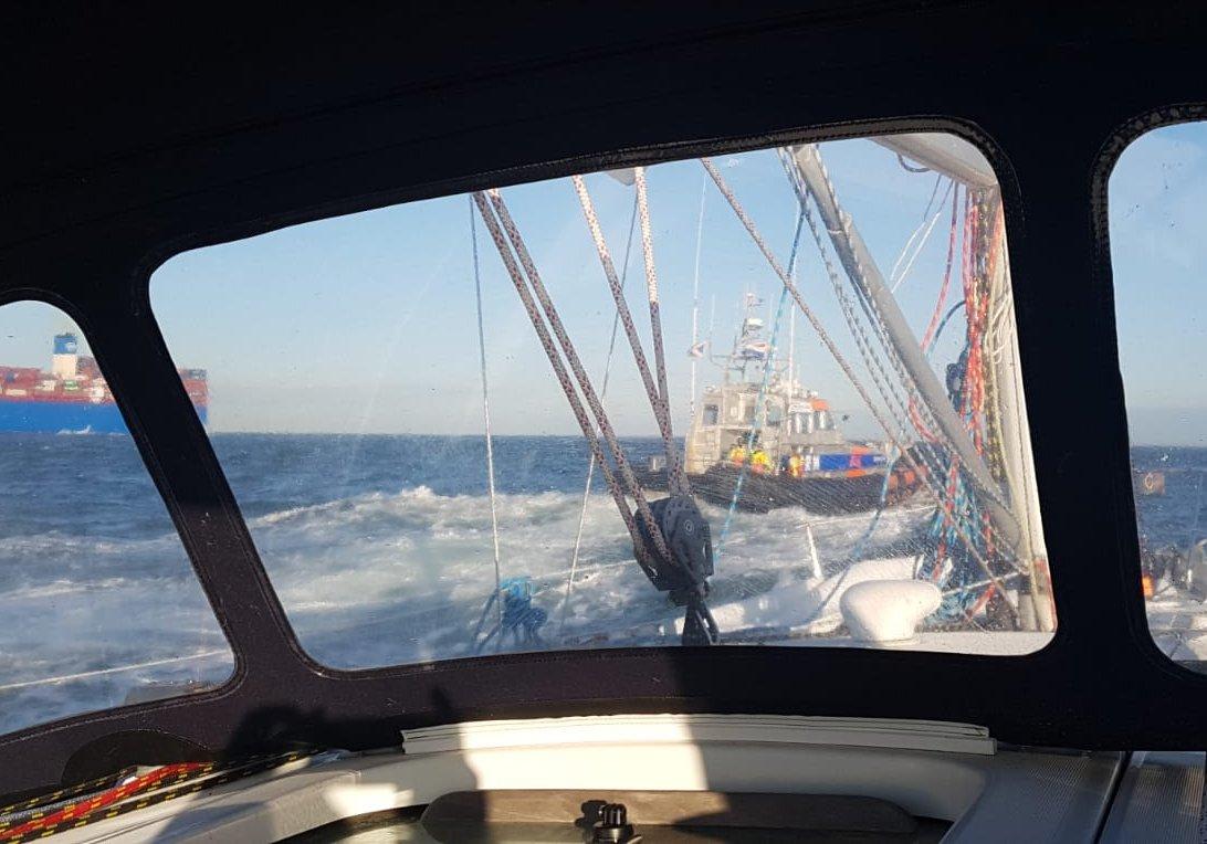 KNRM hulpverlening voor zeiljacht met tuigage problemen