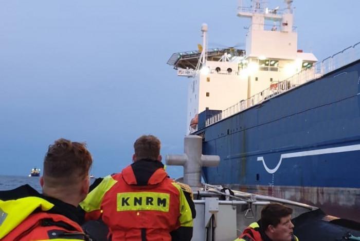 KNRM evacueert patiënt van schip