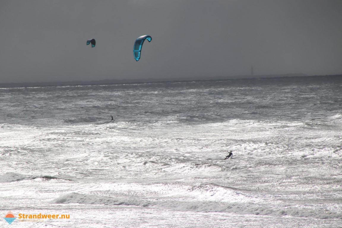 Kitesurfer in problemen door staand want