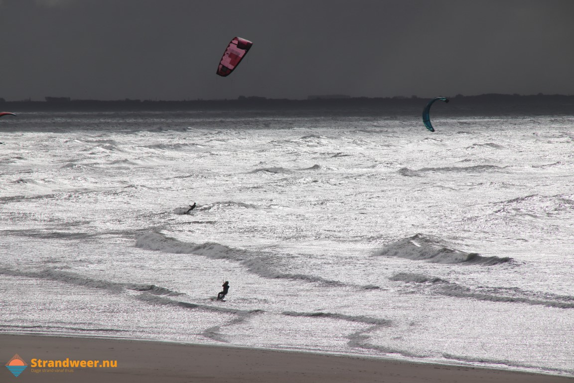 Kitesurfer verstrikt in staand want