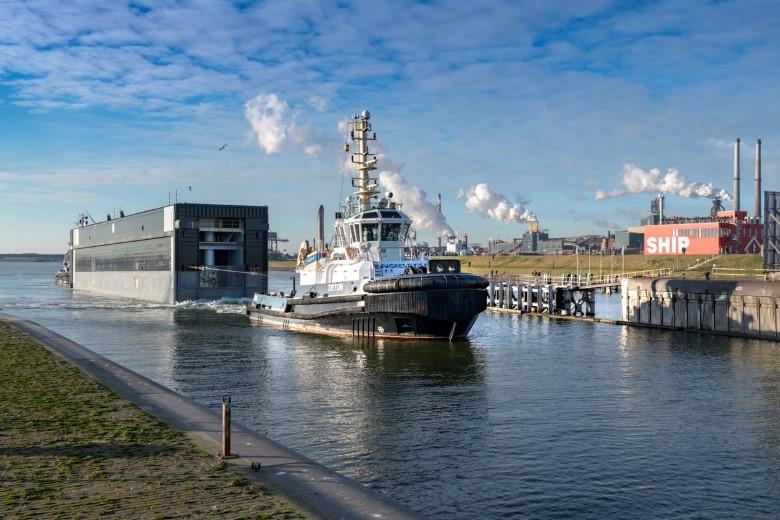 Eerste deur nieuwe zeesluis aangekomen in IJmuiden