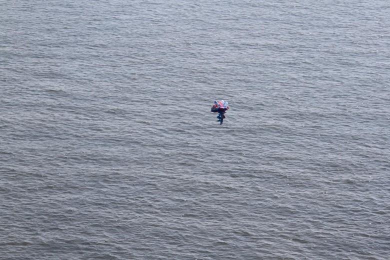 Parachutist in zee gespot