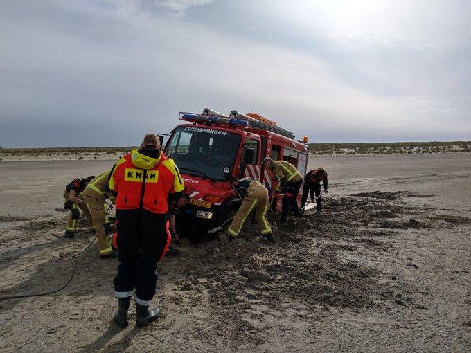 Brandweerwagen strandt op de zandmotor