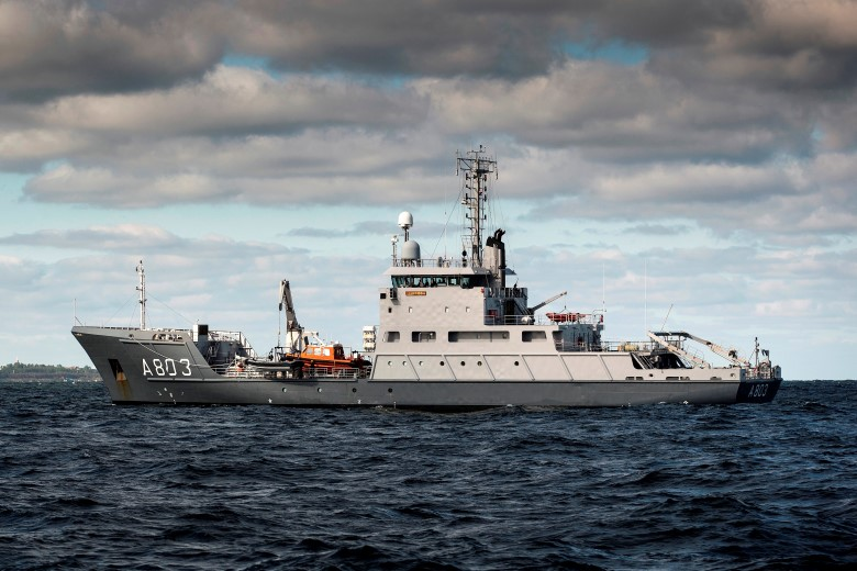 Marinevaartuig Luymes zoekt naar vermiste containers