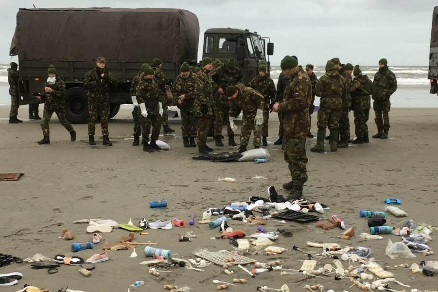 Militairen gestart met opruimen strand Schiermonnikoog