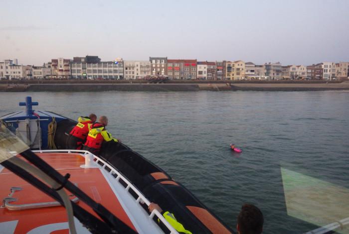Zwemmer in vaarwater bij Vlissingen