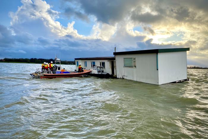 Woonboot maakt water op het IJmeer
