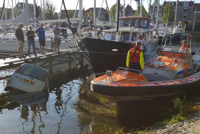 Auto te water in Pekelharinghaven